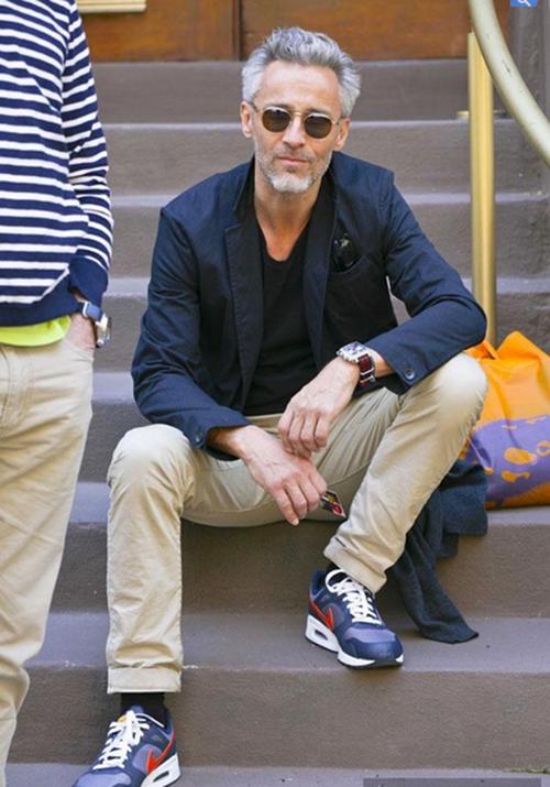 Gợi ý cách phối áo vest cùng kính râm và giày thể thao - 9