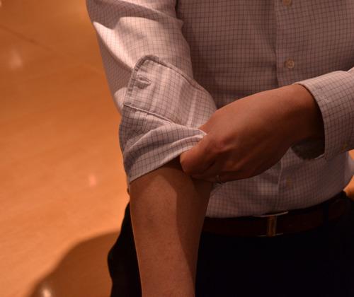 Cách xắn tay áo sơ mi đẹp cho nam - 4