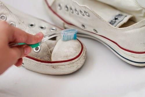 Mách nhỏ cách làm sạch những đôi giày trắng - 3