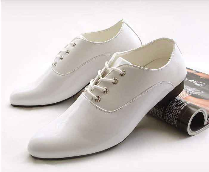 Mẹo đơn giản đánh bay vết bẩn những đôi giày trắng - 2